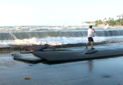 VIDEO: Kona man braves tsunami surge to save fish on Alii Drive