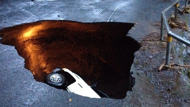 Sinkhole in Paauilo eats car, strands hundred on Hawaii Island