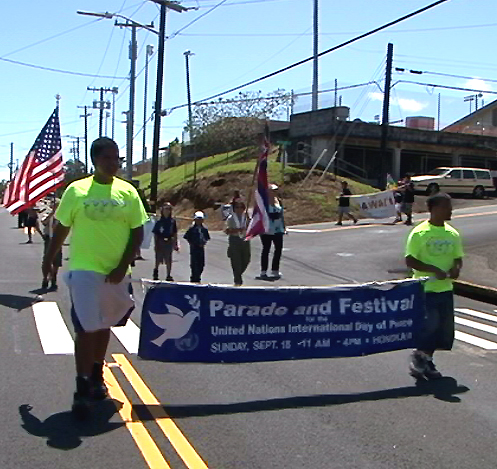 VIDEO: Diverse parade marches in Honokaa for Peace