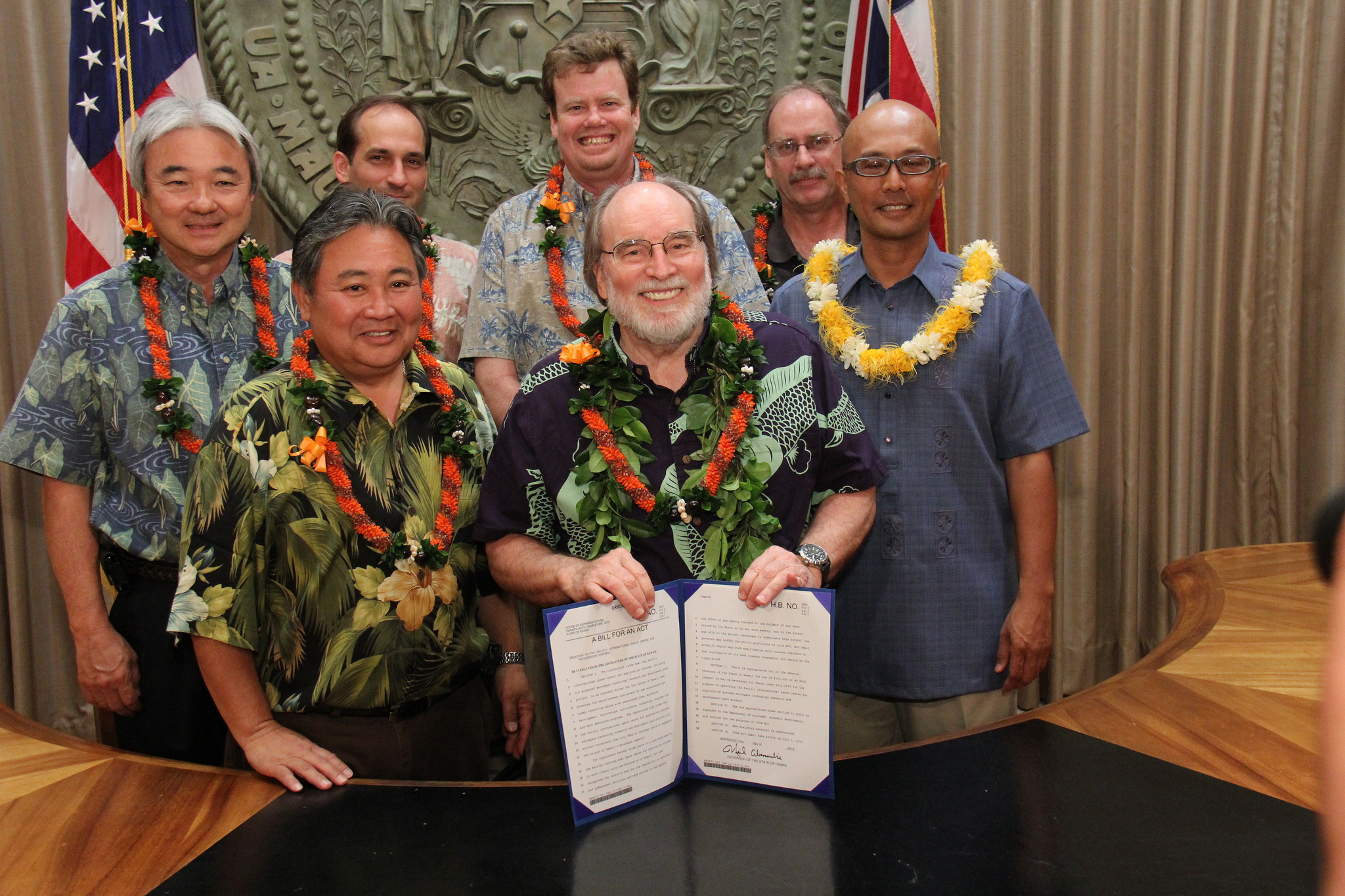 Hawaii gov signs energy bills, includes inter-island cable