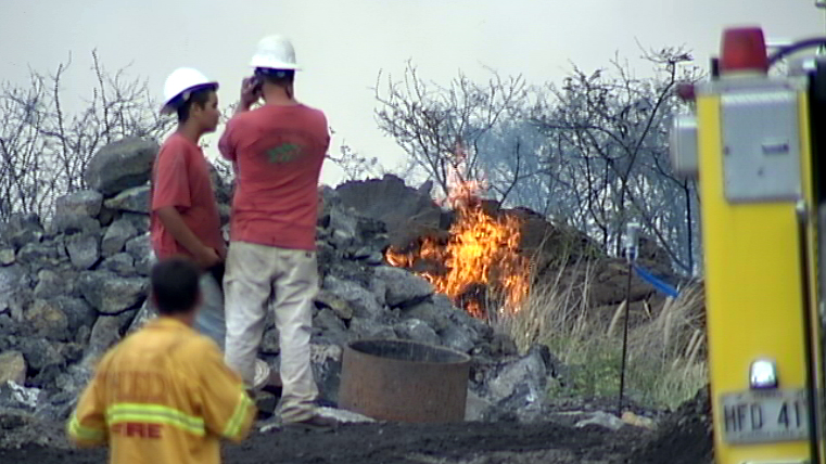 VIDEO: Runaway brushfire along Hulikoa Drive in Kona