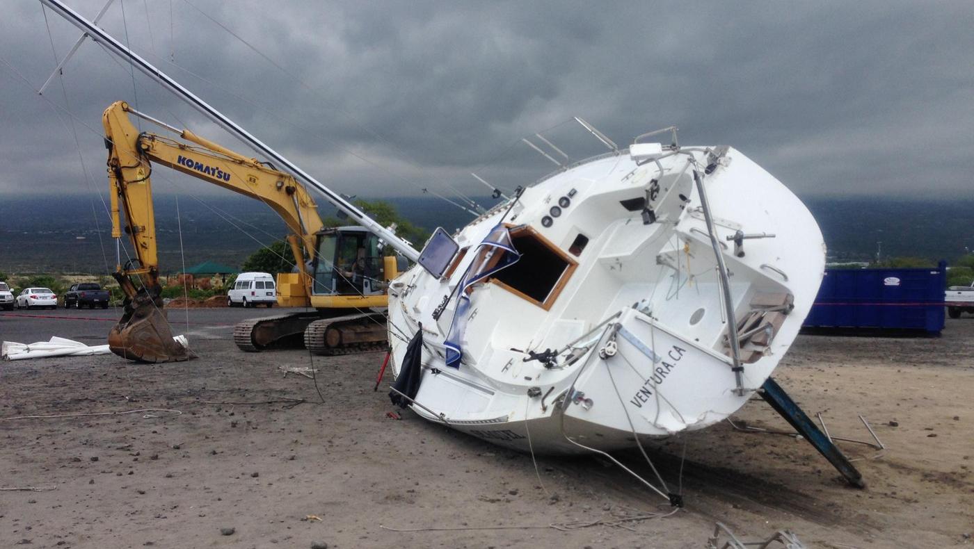 Stranded sailboat in Kona removed