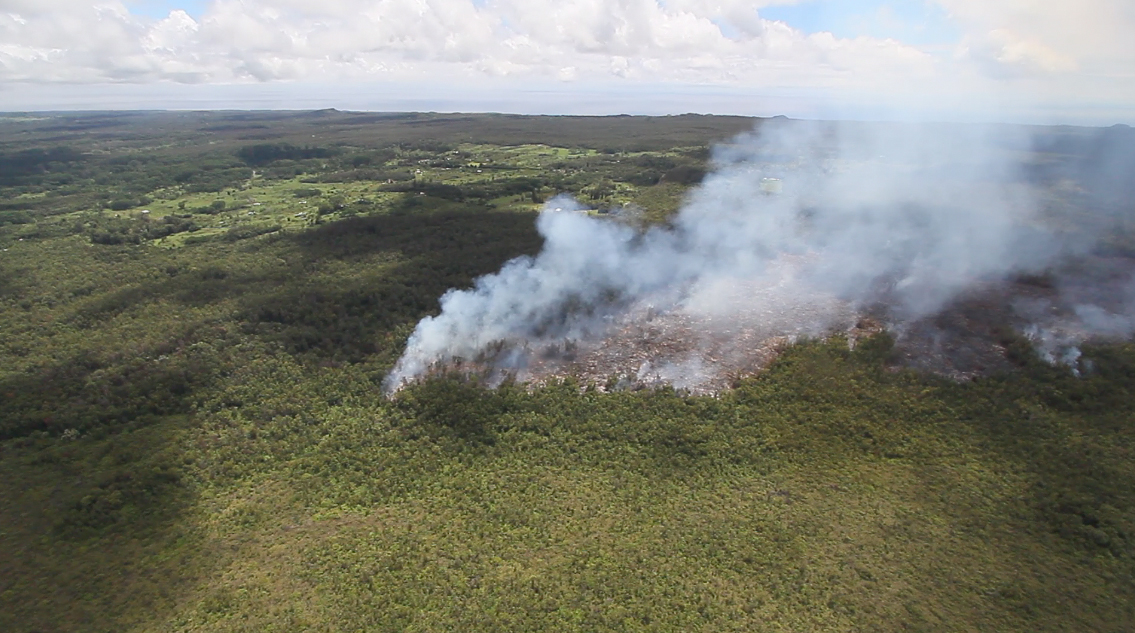 The June 27 lava flow passes by Kaohe Homesteads, image courtesy Baron Sekiya, hawaii247.com