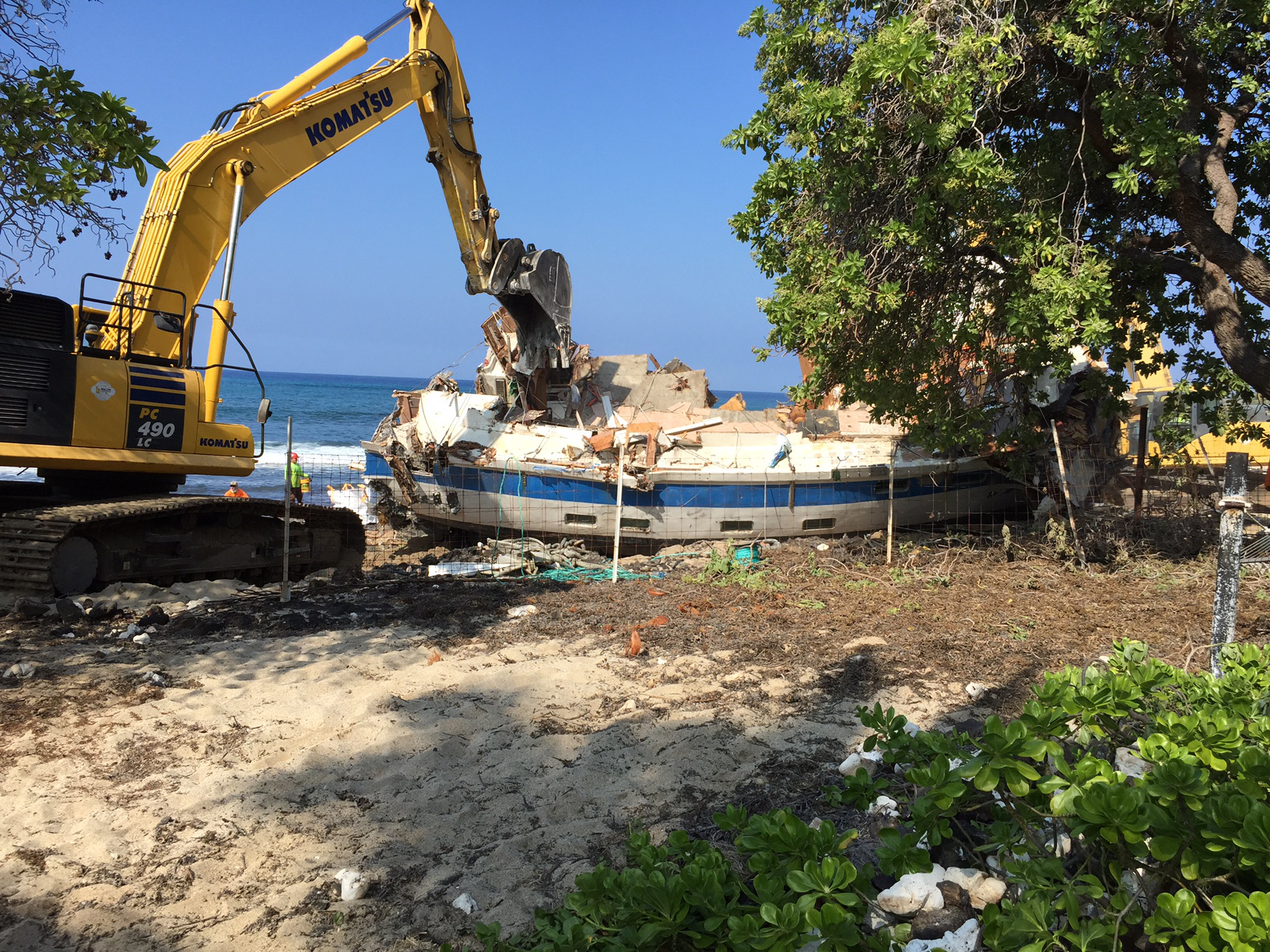 VIDEO: Grounded Hawaii Aloha Boat Removed From Kona Waters