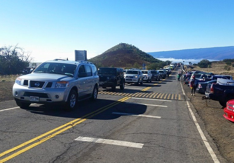 Photo of the traffic line on the mountain, taken by Lanakila Mangauil and posted to Facebook.