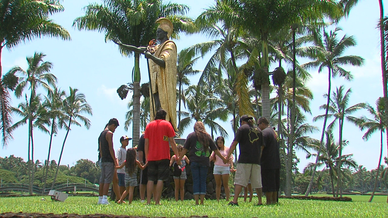 VIDEO: Families Gather At Vandalized Kamehameha Statue