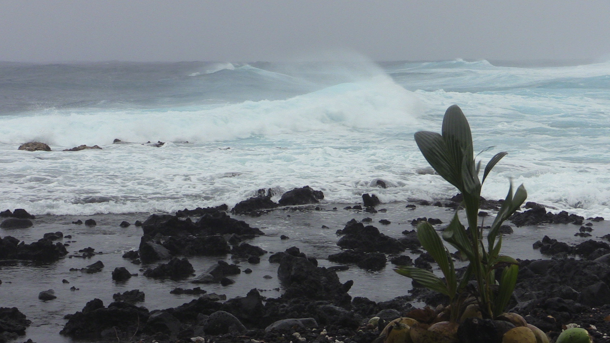 Rough surf in Pohoiki today. Image by Daryl Lee.