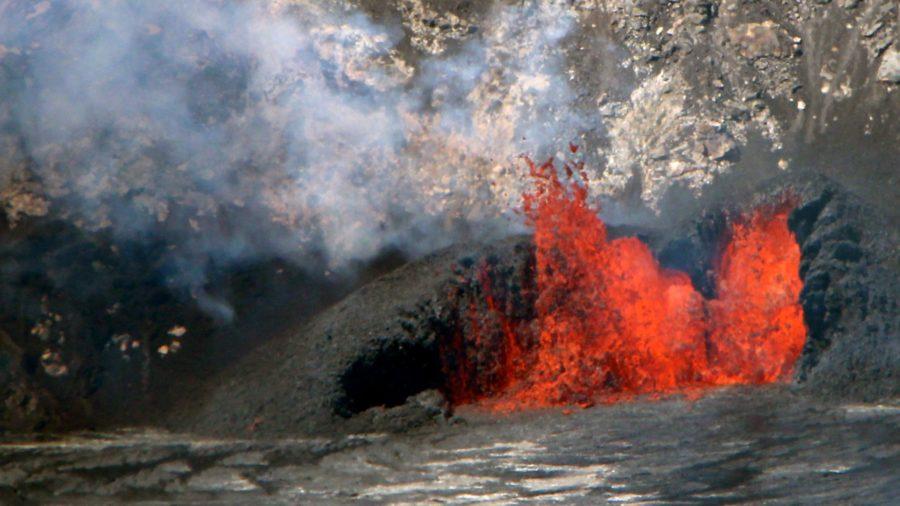 VIDEO: Kilauea Volcano Eruption Update, Vents Feed Lava Lake